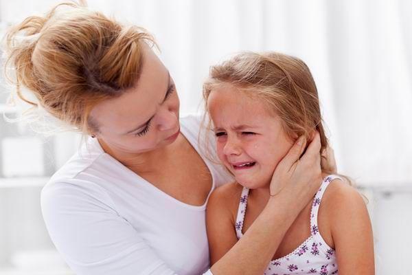 copilul se plânge de durere în articulația șoldului