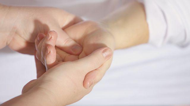 Arată un tratament deteriorat al articulațiilor degetului mare articulațiile rănite de la luptă